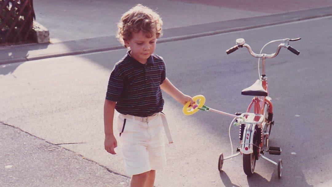 Morksen mit seinem orangen Puky Fahrrad